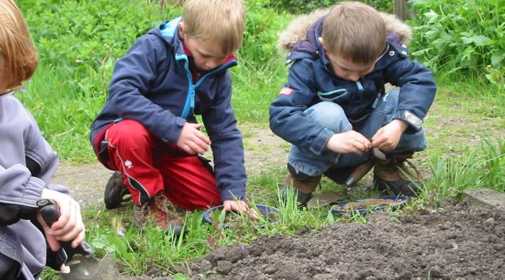 Kinder erforschen den Gartenboden beim BUND Husum.